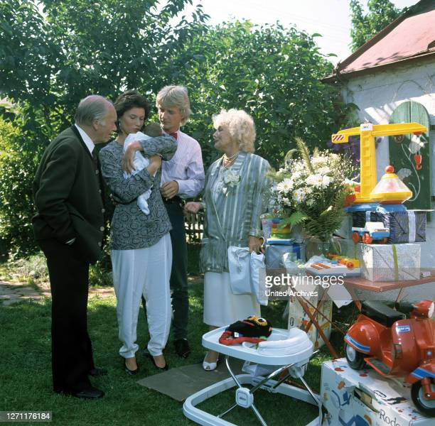 Bedenkzeit BRD 1989 / Erich Neureuther Szene von der Tauffeier: FRITZ STRASSNER , JULIA HEINEMANN , SÖNKE WORTHMANN , MADY RAHL , Folge:...