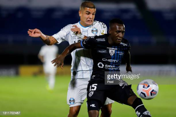 Beder Caicedo of Independiente del Valle fights for the ball with Felipe of Gremio during a third round first leg match between Independiente del...