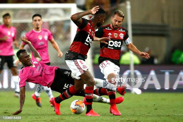 Beder Caicedo of Independiente del Valle fights for the ball with Gerson and Everton Ribeiro of Flamengo during the second leg match between Flamengo...