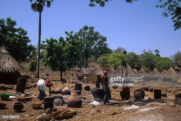 bedik women cooking food in village of iwol - tribus africanas fotografías e imágenes de stock
