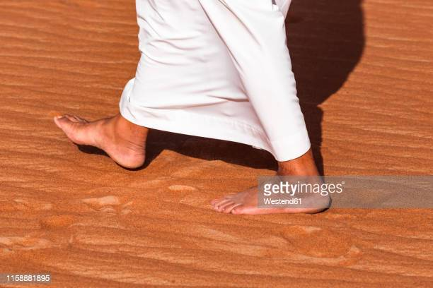 bedouin walking in the desert, wahiba sands, oman - arab feet photos et images de collection