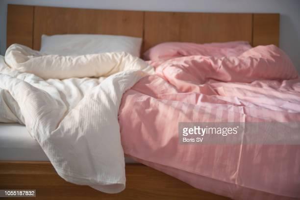 bedroom in airbnb rental - zweifarbig farbe stock-fotos und bilder
