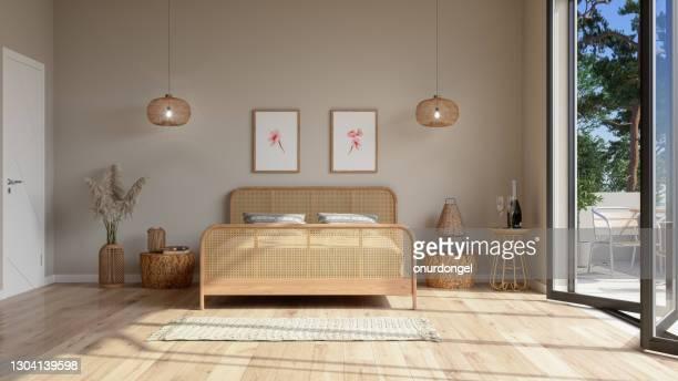 ベッドルームインテリア ウィッカーベッド家具、ペンダントライト、バルコニー、壁のポスターとベージュ色。 - 片付いた部屋 ストックフォトと画像