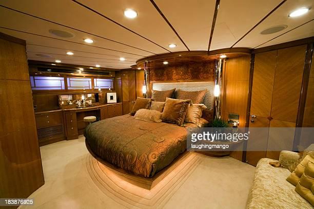 luxus schlafzimmer interior motor yacht reichtum - wohngebäude innenansicht stock-fotos und bilder