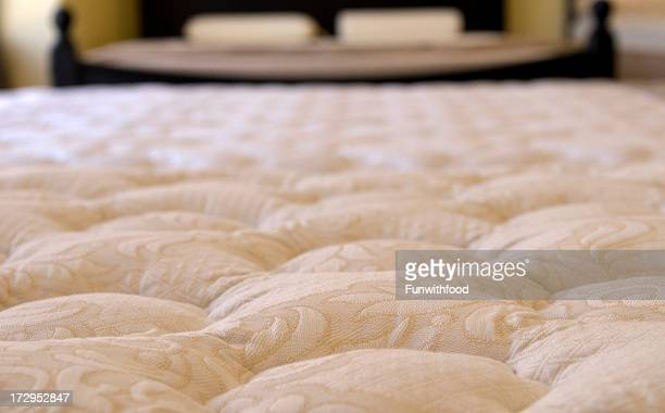 Schlafzimmer mit weicher Auflage, edle Bettwäsche auf Anzeige bei & Möbelgeschäft