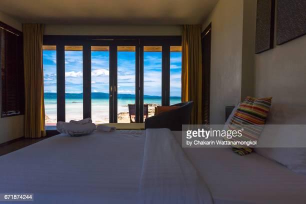 bedroom (interior) - sea view and blue sky through glass door frame. - armação de madeira - fotografias e filmes do acervo