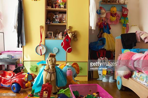 Chambre à coucher avec des jeux pour les enfants. Image en couleur
