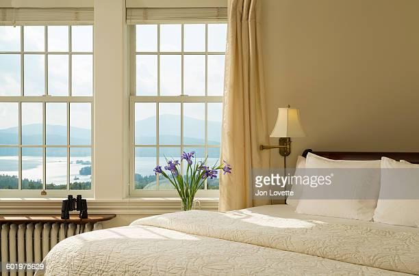 bedroom with view - grand lit photos et images de collection