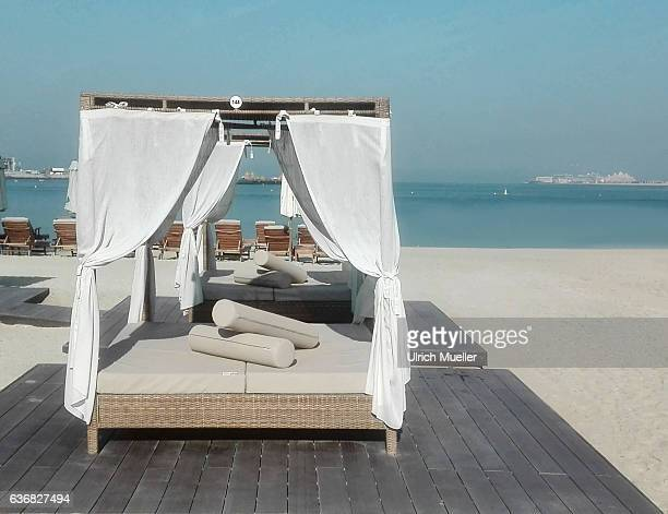 beds on the beach - dubai strand stock-fotos und bilder