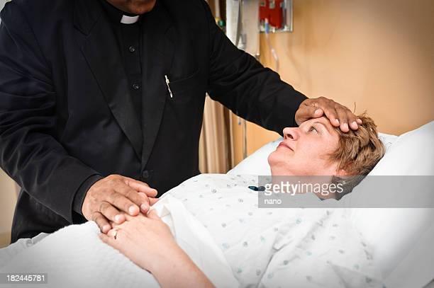 pastoral al lado de servicios - sacerdote fotografías e imágenes de stock