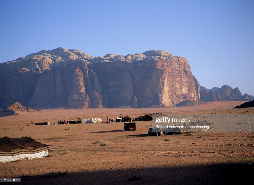 Bedu (Bedouin) tents at Abu Aineh, south of Rum village, with Jebel Khazali in the background, Wadi Rum, Jordan : Foto de stock