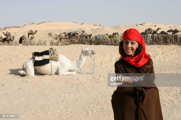 beduin girl dans le désert du sahara - femme touareg photos et images de collection