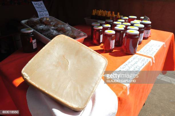 bee wax and honey displayed for sale - claudio capucho stock pictures, royalty-free photos & images