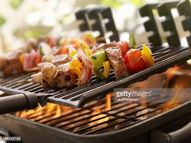 rindfleisch und gemüse kabobs auf ein barbecue im freien - bratspieß stock-fotos und bilder