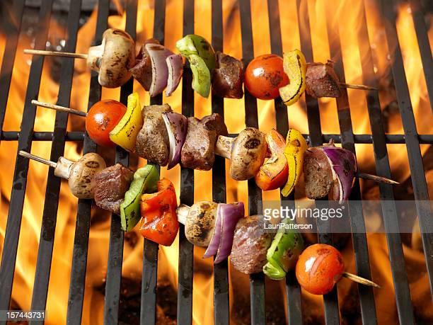 bbq-rindfleisch und gemüse kabobs - bratspieß stock-fotos und bilder