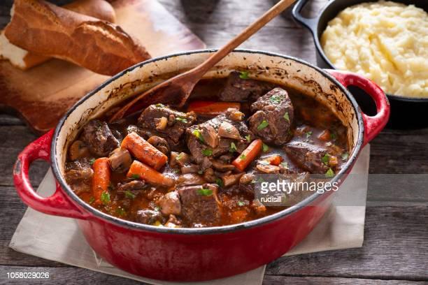 牛肉の煮込み - ダッチオーブン ストックフォトと画像