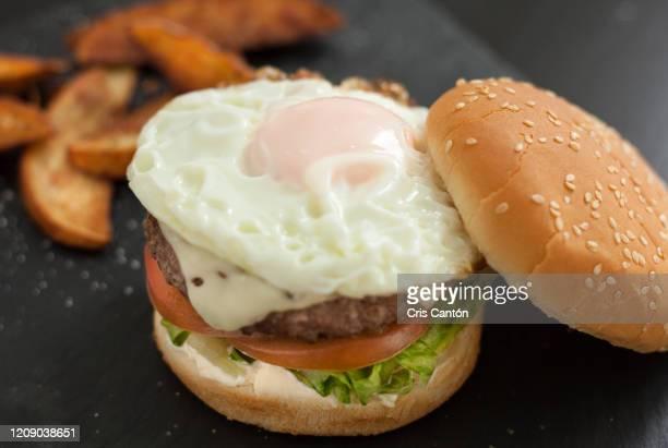 beef burger with fried egg - cris cantón photography fotografías e imágenes de stock