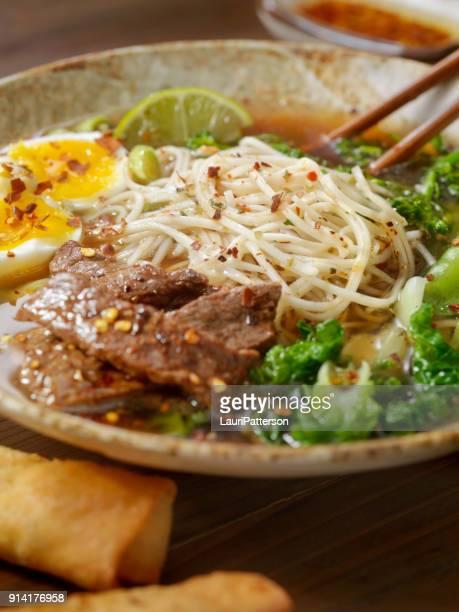 牛肉ラーメンと半熟煮卵入り野菜スープ