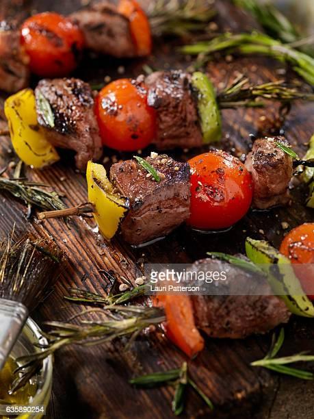 beef, rosemary vegetable skewers - bratspieß stock-fotos und bilder