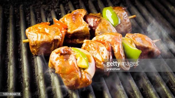 Viande bovine Shish Kebab sur un gril Barbecue fougueux avec oignons et poivrons, épices