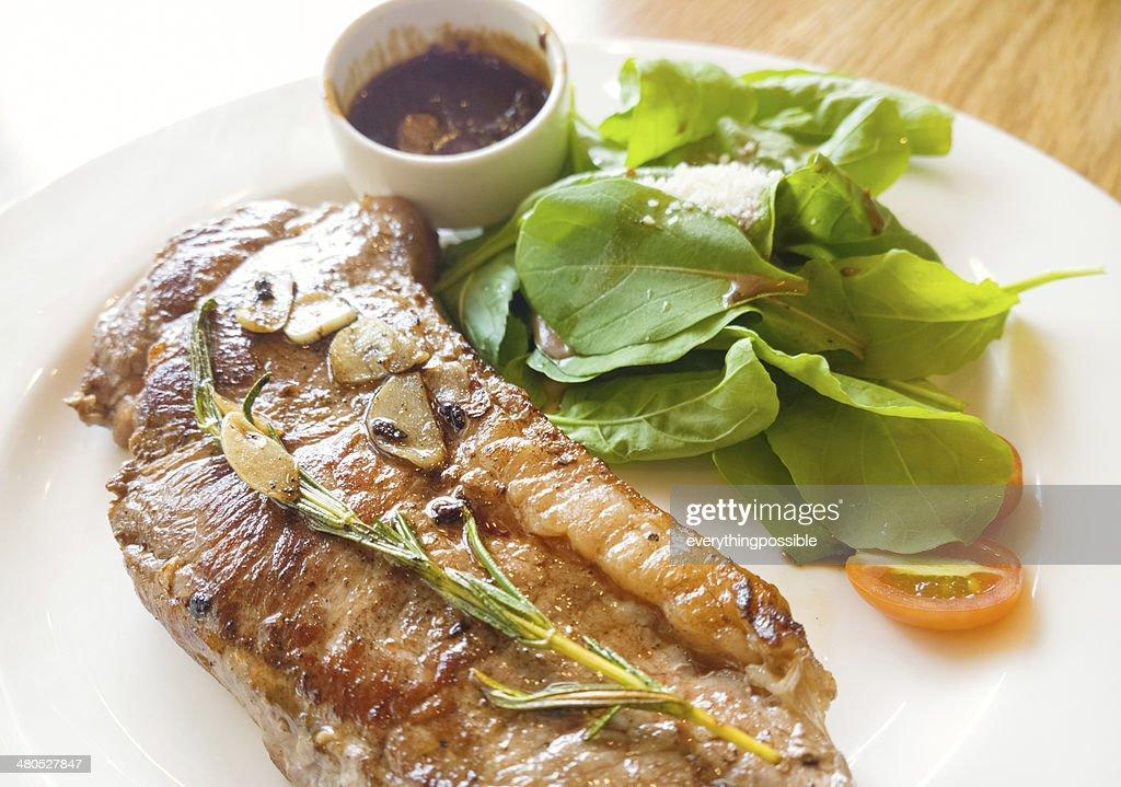 beef steak auf Holztisch : Stock-Foto
