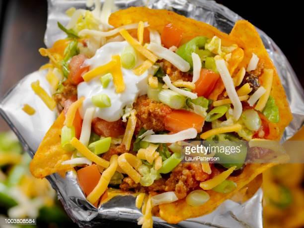 rindfleisch-taco-salat in einer tasche - jalapeno stock-fotos und bilder