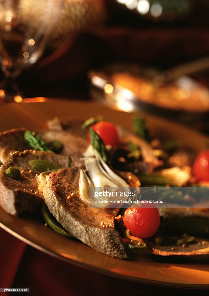 Beef tongue and vegetables on plate, close-up : Stockfoto