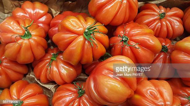 beefsteak tomato on a french market - jean marc payet stockfoto's en -beelden