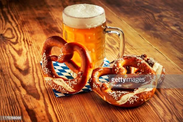 birra e pretzel, oktoberfest germania - baviera foto e immagini stock