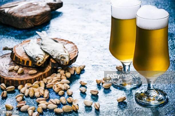 Bier und Brotzeit auf glänzend blau