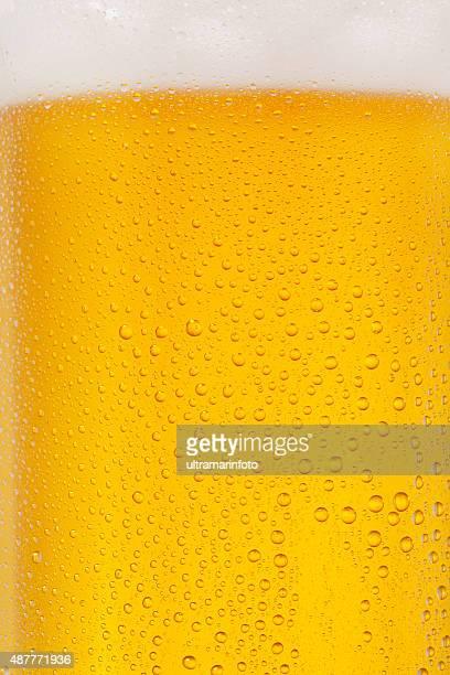 冷えたビールの背景に水のガラスの雨滴結露カバー