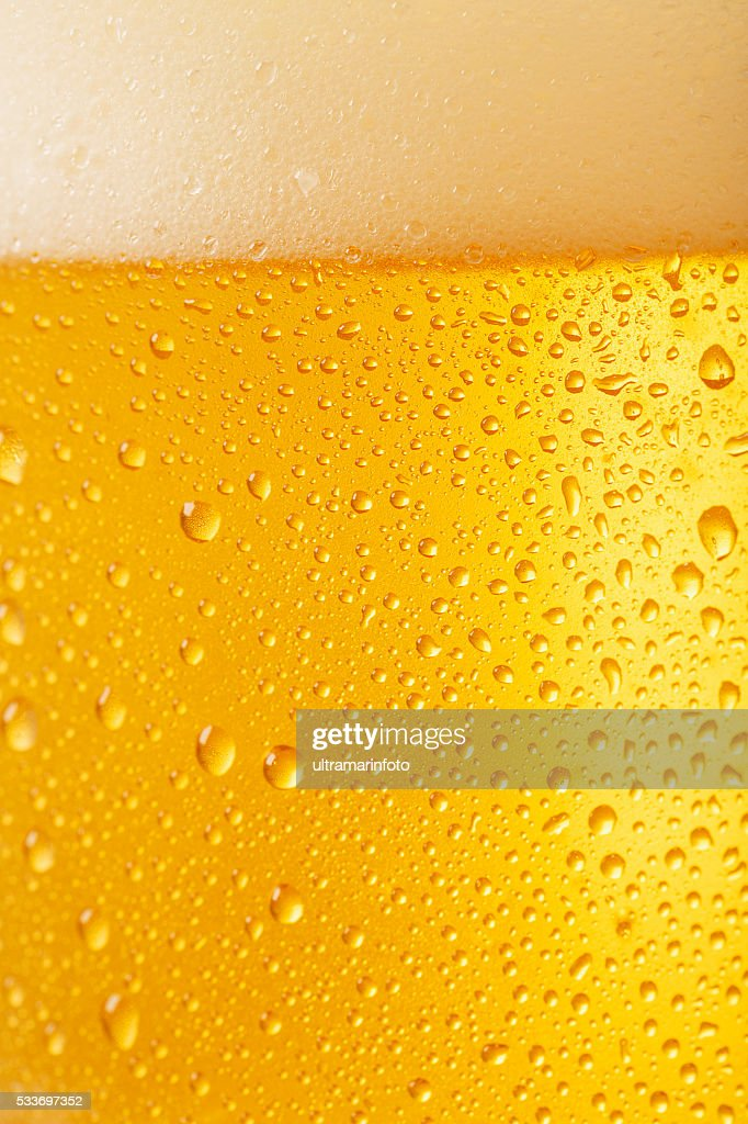 Sfondo di vetro di birra ghiacciata coperto con acqua scende condensa : Foto stock