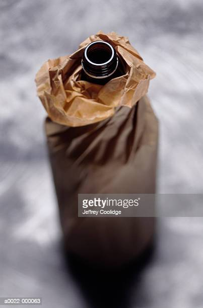 beer bottle in paper bag - alcoolismo - fotografias e filmes do acervo