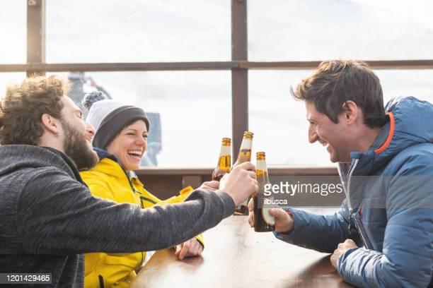 beer break after ski day - ilbusca foto e immagini stock