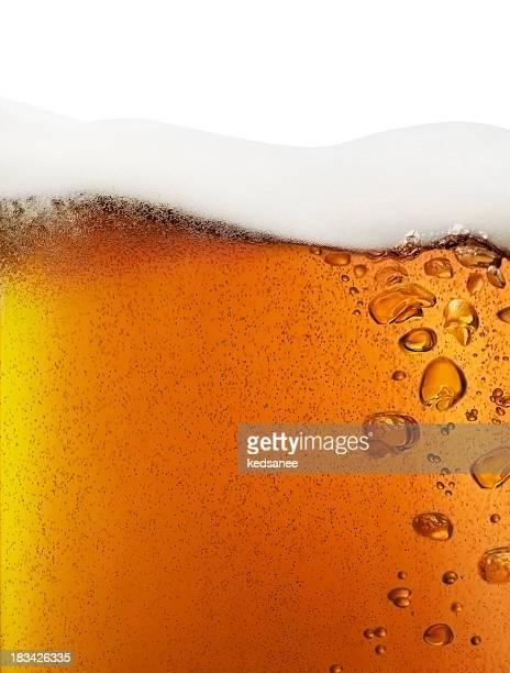 Gros plan de bière isolé sur blanc,