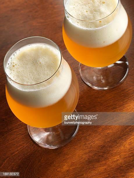 Cerveza en vidrio Goblets en superficie de madera