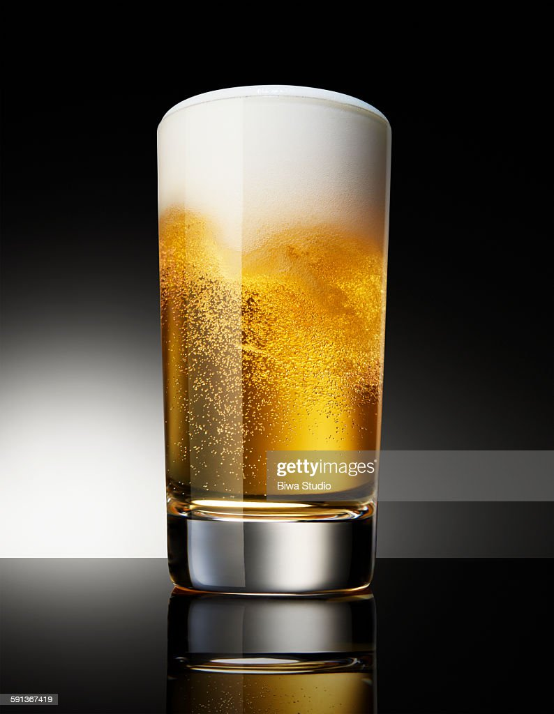 Beer in glass on black background : Foto de stock