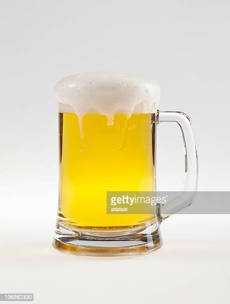 ビールの白の背景にパス
