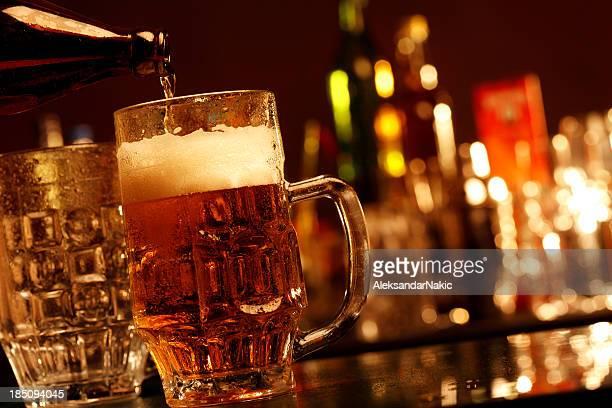 Bier auf eine bar counter