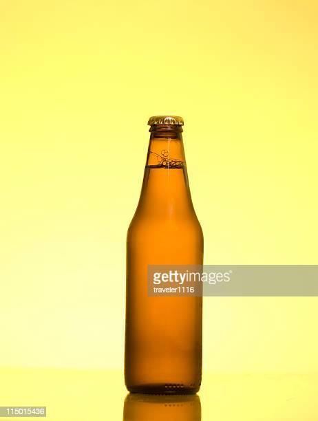 cerveja - fundo amarelo - fotografias e filmes do acervo