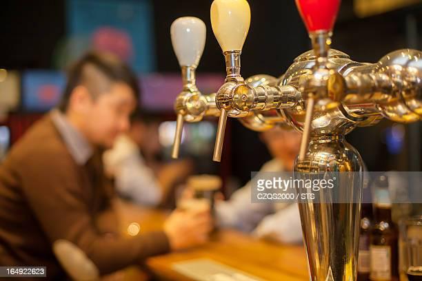 beer pub - ビールサーバー ストックフォトと画像