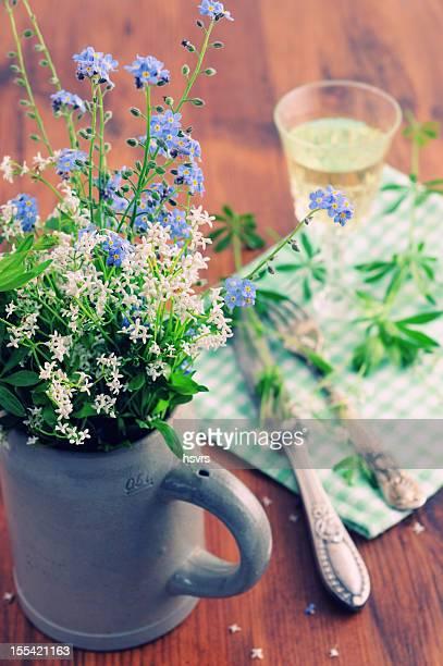 Bierkrug mit Blumen und Likörglas der woodruff punch
