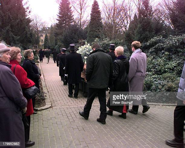 Beerdigung von Diether Krebs Ostfriedhofin Essen Ehefrau Bettina geht mit SöhnenMoritz und Till hinter dem Sarg her