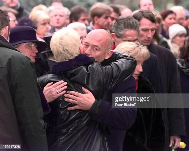 Beerdigung von Diether Krebs Ostfriedhofin Essen Ehefrau Bettina mit WolfgangMüller