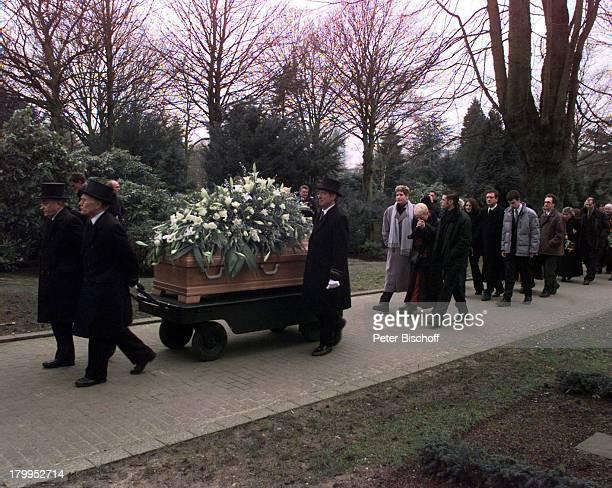 Beerdigung von Diether Krebs Ostfriedhofin Essen Ehefrau Bettina mit den SöhnenMoritz und Till folgt dem Sarg