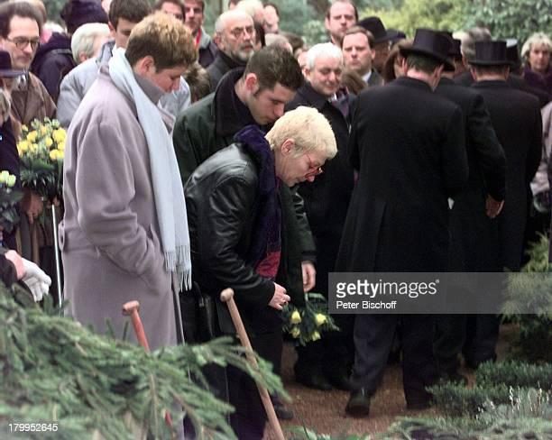 Beerdigung von Diether Krebs TrauergästeEhefrau Bettina Sohn Moritz Sohn TillOstfriedhof in Essen Grab