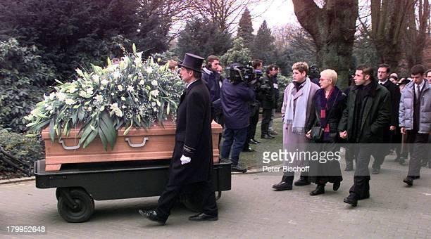 Beerdigung von Diether Krebs TrauergästeEhefrau Bettina Sohn Moritz Sohn TillOstfriedhof in Essen Sarg SargträgerBlumen Lilien Trauermarsch