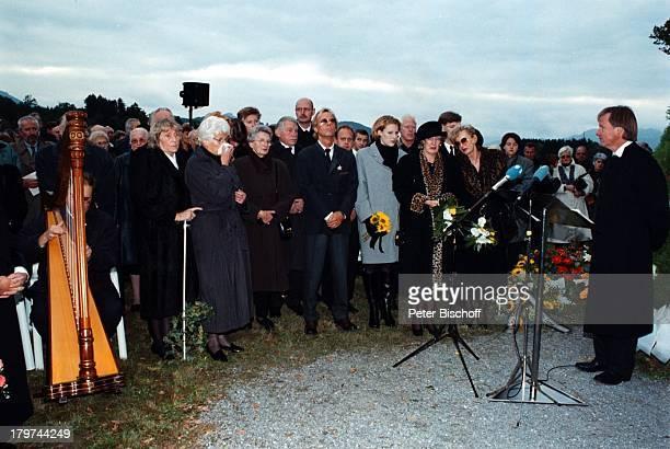 Beerdigung von Professor Julius HackethalTrauerfeier Ehefrau Nr 2 WaltraudSiglinde Hackethal Ehefrau Nr1 Doris HackethalVerwandte Freunde Patienten