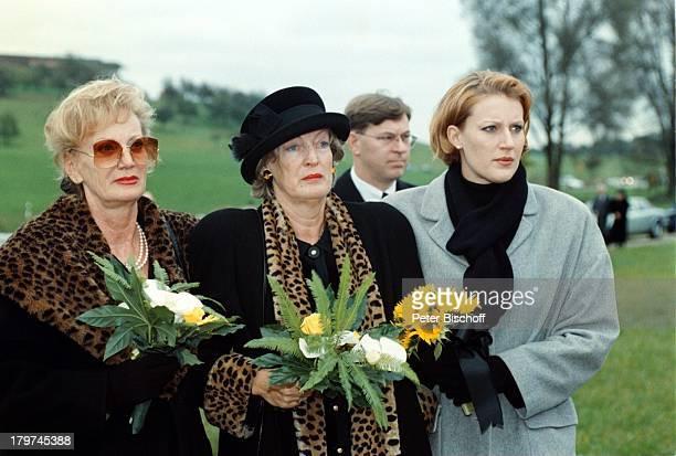 Beerdigung von Professor Julius HackethalTrauerfeier Ehefrau Nr 2 WaltraudSiglinde Hackethal BlumenTochter Nicole Schwester Erika AssmannSchmitt