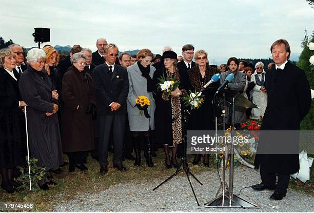 Beerdigung von Professor Julius HackethalTrauerfeier Ehefrau Nr 2 WaltraudSiglinde Hackethal ganz linksEhefrau Nr 1 Doris Hackethal mit EnklinJuliane...